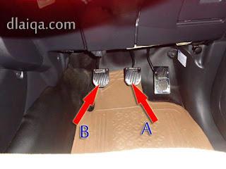 kaki kiri pada pedal kopling (B) dan kaki kanan pada pedal rem (A)