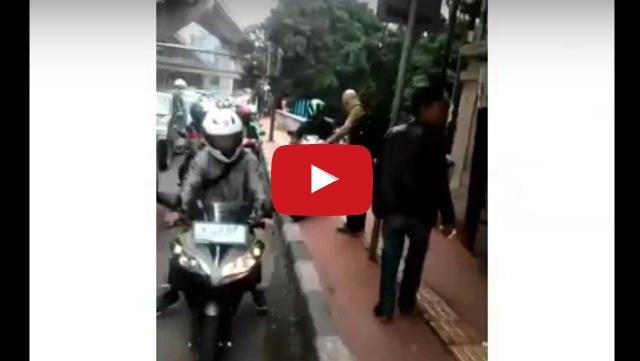 VIDEO: Bikin Malu! Pengendara Motor Ini Ditegur Bule Karena Gunakan Trotoar