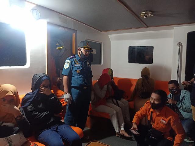 UPP Kolaka Pimpin Penyelamatan Penumpang Long Boat Yang Kandas Di Perairan Maniang