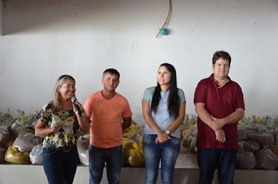 Prefeita de Ouro Velho distribui 10 toneladas de feijão para população
