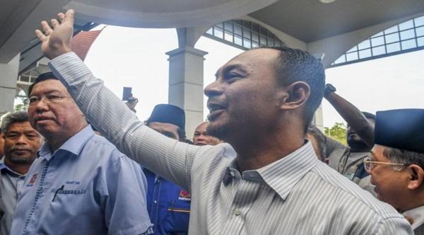 Alhamdulillah, Cikgu Azizan Bebas, Netizen Mahu Hantar Bekalan Gam Kepada Murid