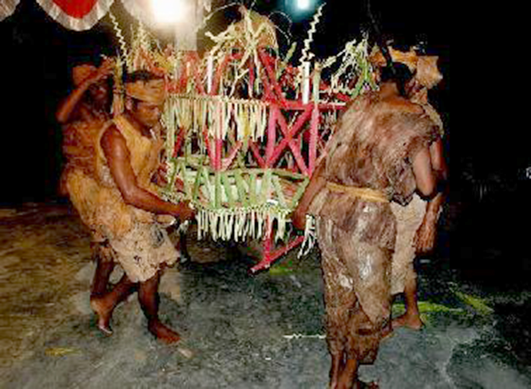 Suku Talang Mamak adalah satu-satunya suku pedalaman yang masih hidup dan berkembang di pedalaman Kecamatan Siberida, Pasir Penyu dan Rengat, Indragiri Hulu, dengan populasi yang relatif kecil. Mereka hidup dengan memanfaatkan hasil hutan, menangkap ikan dan bercocok tanam. Suku Talang Mamak ini biasanya hidup bekelompok-kelompok dan sering berpindah-pindah di hutan.   Suku Talang Mamak Indragiri Hulu adalah termasuk dalam golongan Melayu Tua yang mana merupakan suku asli di Indragiri Hulu atau disebut juga dengan Suku Tuha yang maknanya adalah suku pertama dan berhak atas sumber daya alam Indragiri Hulu.  Di samping itu mereka juga sangat berpegang teguh pada kepercayaan dan kebudayaannya. Sebagian besar masyarakat suku Talang Mamak belum memiliki agama. Di perkampungan mereka bisa dilihat seperti Baju Bersyahadat dan Pedang Perantas tanda kebesaran Patih Suku Talang Mamak di Desa Talang Durian Cacar. Kita juga bisa melihat makam Suku Talang Mamak yang dibuat nisan dari kayu yang disusun menyerupai atap.  Suku Talang Mamak berasal dari Pagaruyung yang terdesak akibat konflik adat dan agama (Obdeyn, Asisten Residen Indragiri). Menurut cerita mereka, bahwa nenek moyang mereka turun dari Gunung Marapi menuju Talukkuantan, melalui sungai Batang Kuantan yang waktu itu di pimpin oleh seorang Datuh Patih yang bergelar Perpatih Nan Sebatang.  Suku Talang Mamak sehari-hari menggunakan Bahasa Talang Mamak, namun bertemu dengan komunitas luar biasanya mereka berbahasa Melayu. Suku Talang Mamak tersebar di berbagai daerah di Indragiri Hulu, diantaranya: Batang Gansal, Batang Cenaku, Kelayang, Rengat Barat, Rakit Kulim, serta satu daerah termasuk daerah Jambi yaitu Sumai.  Untuk menuju ke suku Talang Mamak (Dusun Tuo Datai) yang terletak di Hulu Sungai Gansal dan Sungai Melenai desa Rantau Langsat Kecamatan Batang Gansal, Indragiri Hulu yang termasuk ke dalam Wilayah Taman Nasional Bukit Tiga Puluh yang diakses melalui jalur darat. Dari Pekanbaru berjarak sekitar 285 km dengan 