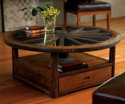 Meja terbuat dari kerangka kayu roda bekas dan kaca.
