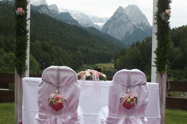 Katholische Trauung unter freiem Himmel - Internationale Hochzeit mit Gleitschirmflug des Bräutigams, Riessersee Hotel Garmisch-Partenkirchen, besondere Trauungen, Hochzeit in Bayern, #Riessersee #Garmisch #Gleitschirm #Hochzeit #Tandemflug #heirateninbayern
