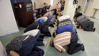 Musulmonai darbuotojai meldžiasi darbo vietoje
