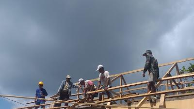 Babinsa Koramil 1312-06/Nanusa Bantu warganya perbaiki Rumah