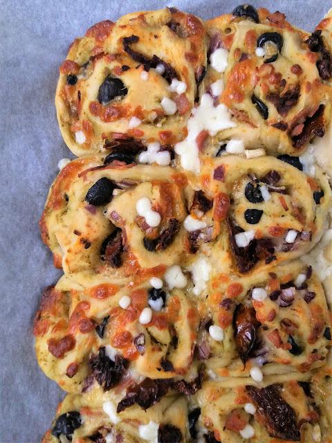 Bułeczki drożdżowe po włosku (z serem i pesto) przepis