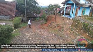 Jalan Desa yang menghubungkan Kp. Naga Jaya dengan.Kp. Batu Kasur di Desa Cikatomas Kec. Cilograng. Kabupaten Lebak, Provinsi Banten sudah lebih dari 10 tahun tidak kunjung dilapisi aspal.