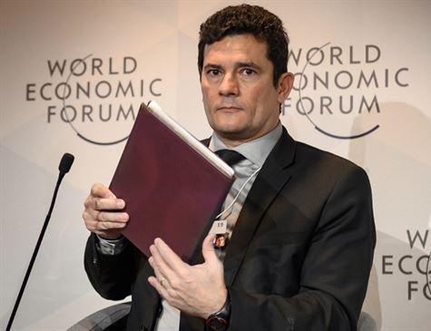 Em Davos, Moro fala sobre corrupção, mas não de caso Flávio Bolsonaro