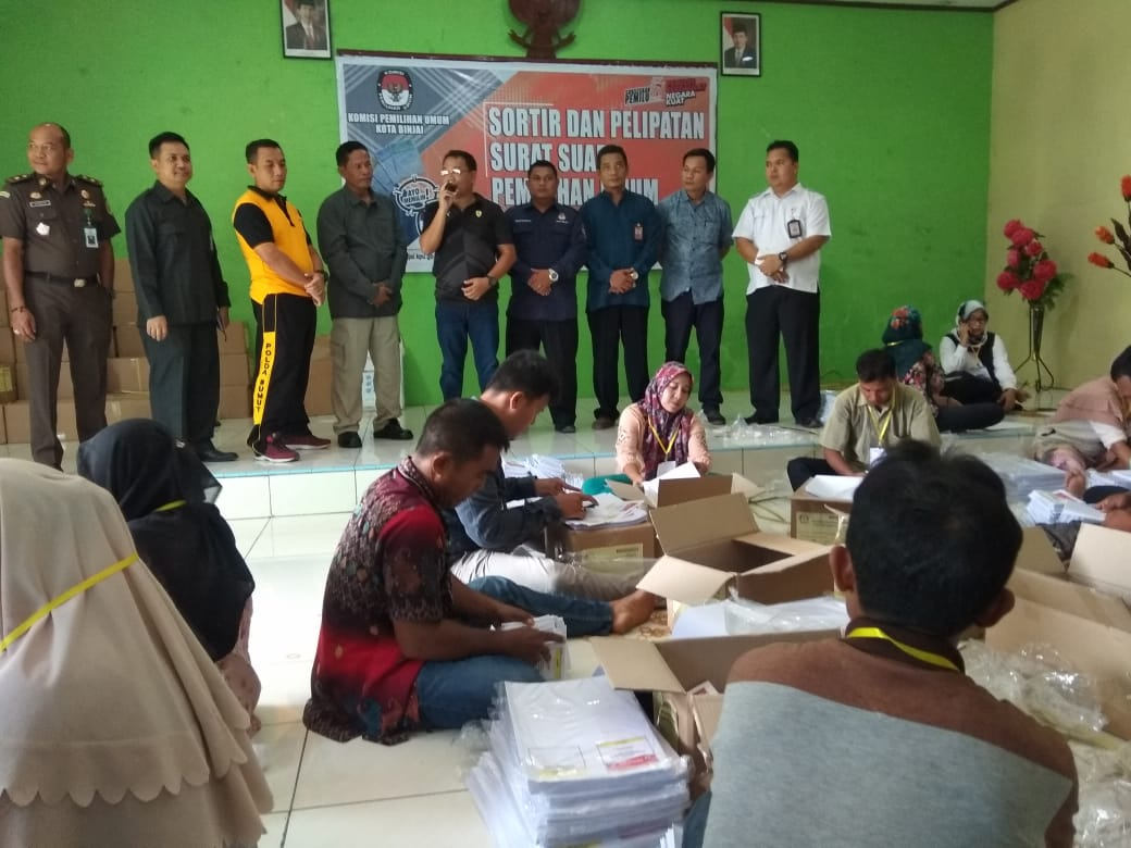 Walikota bersama kapolres Binjai saatteninjau pelipatan kertas suara yang dilakukan KPU