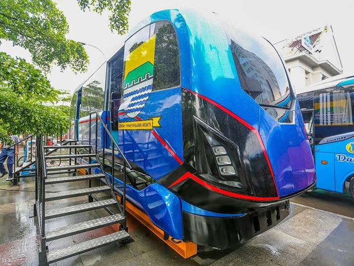 Prototipe LRT Metro Kapsul di Alun-Alun Bandung