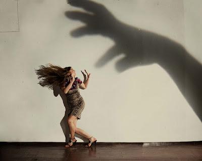 Arte con sombras y manos.