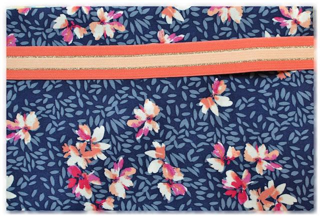 tissu viscose bleu avec fleurs blanches, fuchsia, saumon et corail et élastique fantaisie assorti