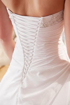 Anfertigung der Schnürung für ein Brautkleid bei Brautstudio Edelweiss.