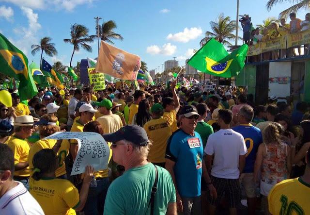 Ato contra corrupção leva multidão para a Orla de Atalaia em Aracaju
