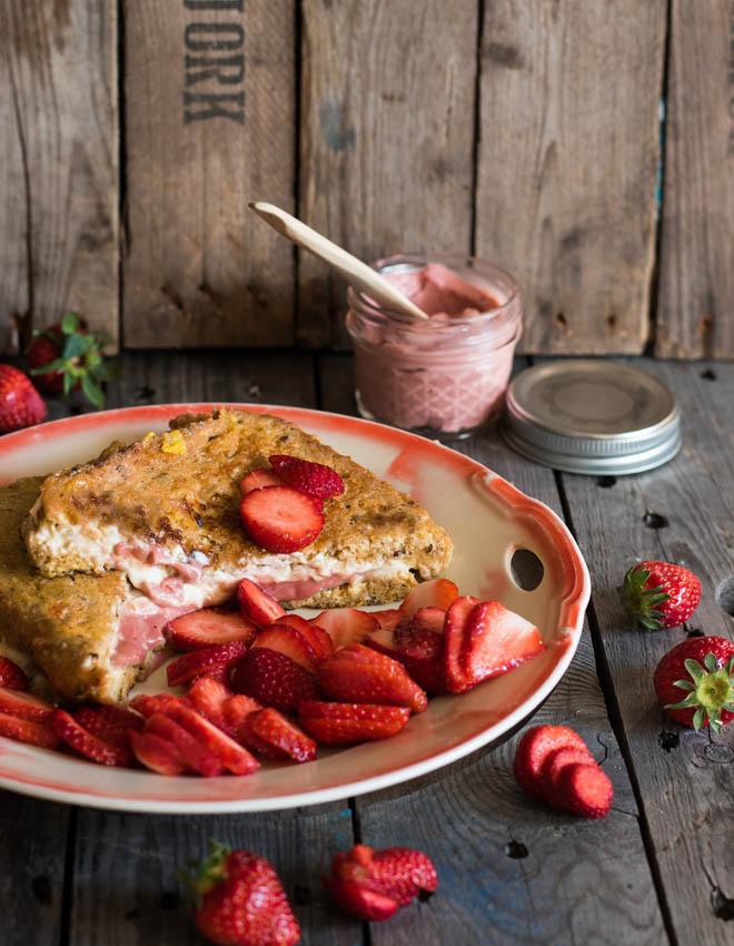French Toast mit Rhabarbercurd und Erdbeeren