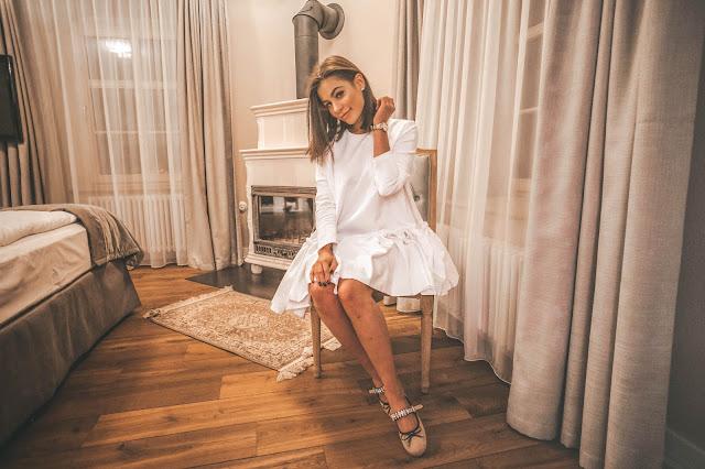 Biała sukienka z falbaną - Czytaj więcej
