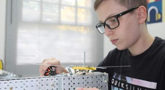 Garoto de 13 anos cria calibrador para medir batimentos de bebês