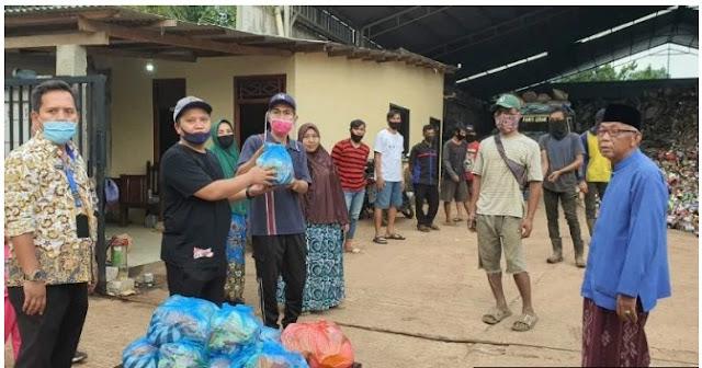Bikin Haru, Sejumlah Pemulung di Depok Bagi-bagi Sembako Gratis