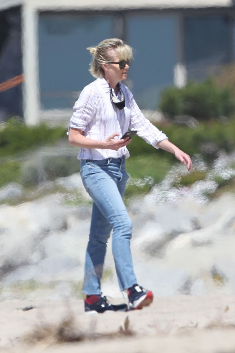 Portia de Rossi Clicked Outside on the Beach in Los Angeles 16 Apr-2020