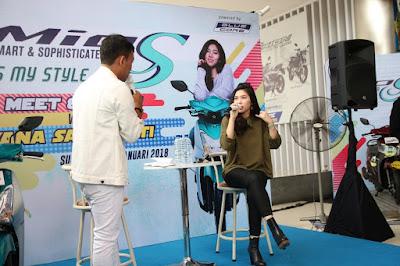 Isyana Sarasvati  saat meet and greet dengan konsumen Mio S dan fans