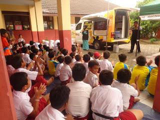 Mobil Perpustakaan Keliling Adira Ins-RZ Kunjungi SDN Gedong Dalem I