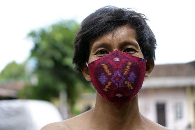 Menggunakan masker kain tenun Troso Jepara