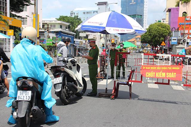 Quân đội trực chốt cầm AK nghiêm nghặt, người dân Sài Gòn vẫn nhởn nhơ mua nước đá, chạy thể dục