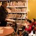 El pintor tonenc, Santi Aulet, dibuixa en directe a la Biblioteca