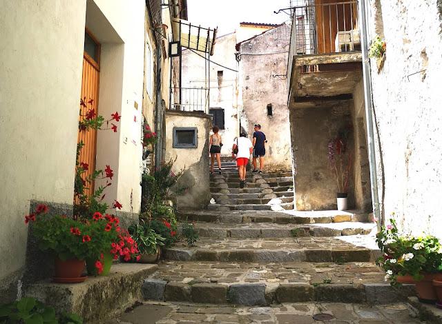 scalinata con persone