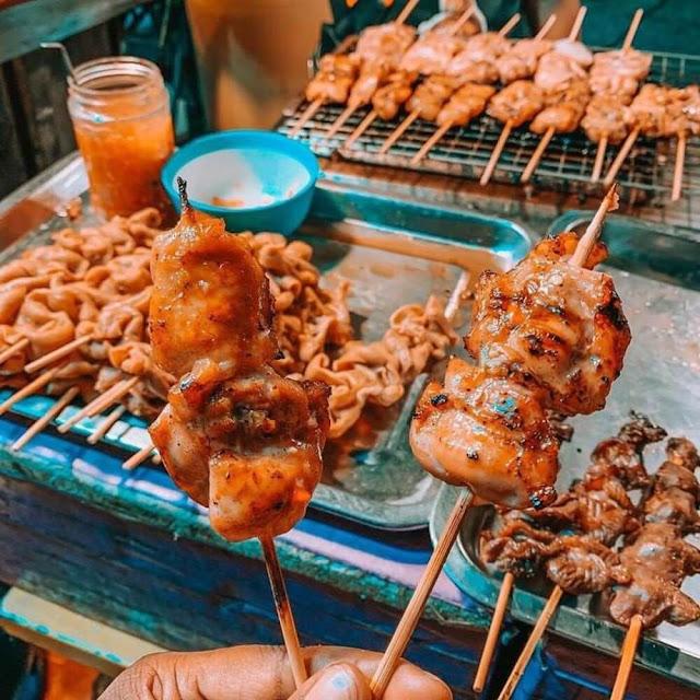 Đến Chiang Mai, bạn sẽ bị thu hút bởi hình ảnh người bán trên vỉa hè, say mê nướng những mẻ thịt thơm lừng. Món sườn heo và xiên gà nướng là hương vị các tín đồ ẩm thực đường phố không thể bỏ qua. Những miếng thịt thấm gia vị, mềm, được phết lớp dầu tạo nên sự bóng bẩy, hấp dẫn khách qua đường.