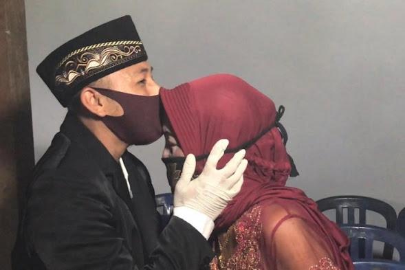 Pemuda 29 Tahun Ini Nikahi Seorang Nenek Berusia 76 Tahun