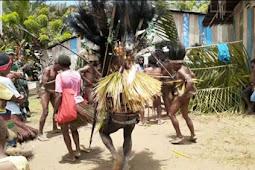Meriahkan Paskah, Prajurit Satgas Yonif 403/WP Menari Kaswari Bersama Suku Mindvoha di Papua