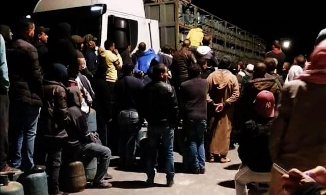 Tunisie : Un camion transportant des bonbonnes de gaz attaqué et dévalisé par des citoyens près de Gabes