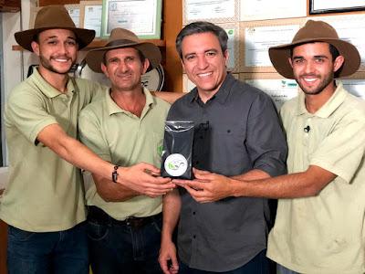 O repórter Márcio Campos com os produtores do melhor café do mundo - Divulgação