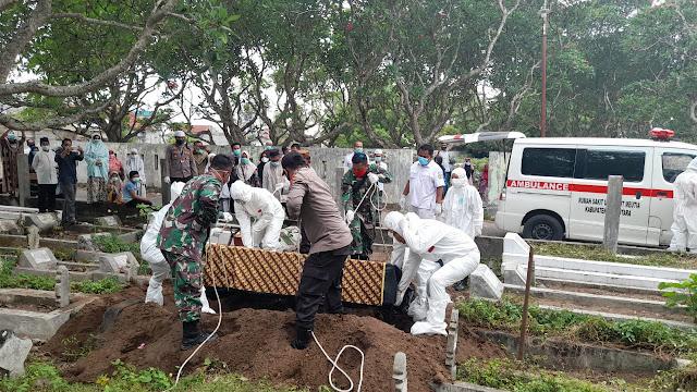 Personel TNI Babinsa Koramil 16/Bds Bantu Prosesi Pemakaman Jenazah Positif Covid 19 Secara Protokol Kesehatan