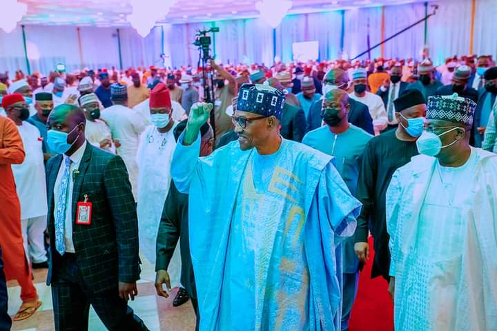 .Buhari removes his mask in public, violating COVID-19 regulations, according to the Delta variant.