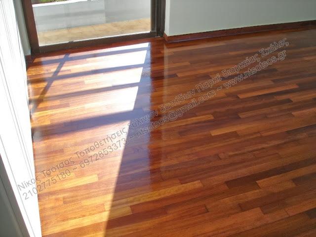 Τρίψιμο και γυάλισμα σε ξύλινο πάτωμα ιρόκο