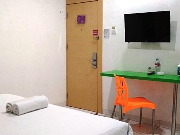 Televisi dan Meja-Kursi Kerja Hotel Sabrina Panam Pekanbaru