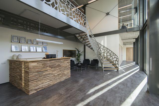 Красивая «английская лестница» из листовой стали в офисе завода металлоконструкций «Reijrink»