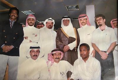الأمير خالد الفيصل مع أسرة مكتب صحيفة المدينة في منطقة عسير عام 1998 (تصوير علي مفرح)