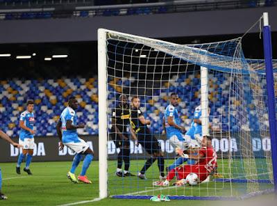 VIDEO: Eriksen đá phạt góc cực xoáy xé lưới Napoli