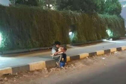 Bocah Gendong Bayi di Tengah Kabut Asap, Curi Perhatian Netizen