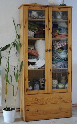mal auf die schnelle ein vorhang f r den schrank. Black Bedroom Furniture Sets. Home Design Ideas