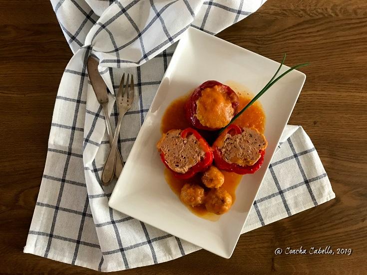 pimientos-rellenos-pollo-mesa