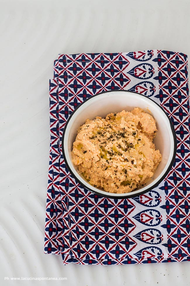 Immagine contenente: ciotola con crema di feta e peperoni