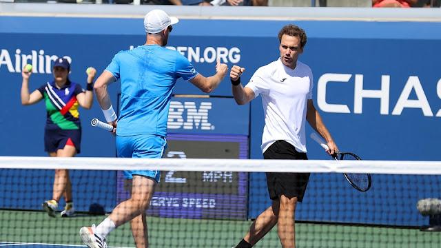 Jamie Murray e Bruno Soares em ação pelo US Open