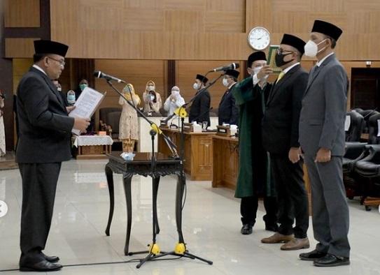 Ketua DPRD Jabar Lantik Dua Anggota PAW Dari FPG dan FKPS