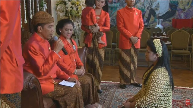 Kahiyang tampak memakai ronce melati. Jokowi tampak menyampaikan pesan ke Kahiyang