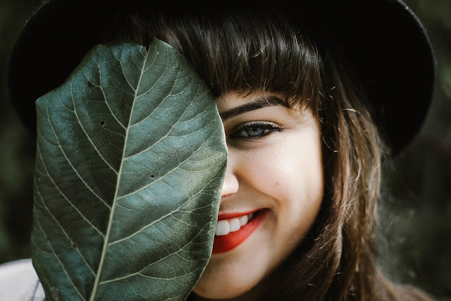 donna, sorriso, foglia, rossetto rosso,